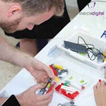 """Cuarto día del curso """"Creation of Educational Video Games"""" en El Rompido School que tuvo lugar los días 7 al 11 de Octubre de 2019. Los profesores daneses del colegio Langelinieskolen aprenden nociones básicas de robótica."""